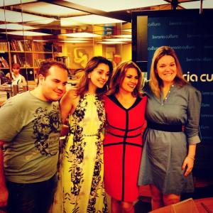 Equipe da Novo Século e da KB Comunicação, ao lado da autora Clélia Gorski